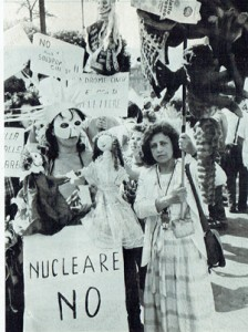 Donne armamenti manifestazione herstory  femminismo luoghi donne storia gruppi Roma